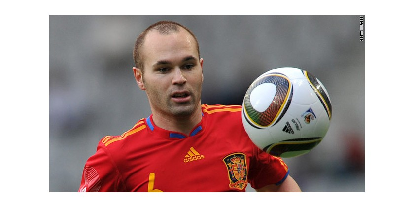 Andres Iniesta sulle tracce di Wayne Rooney